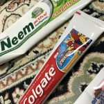 歯磨き粉のカラーラインの秘密、赤、黒、緑、青には意味がある